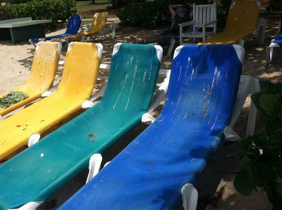 Hawksbill by Rex Resorts: Dirty beach chairs