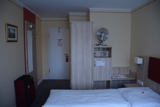 Tulip Inn Concorde Munich: Hotel room with fan