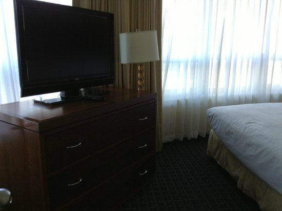 DoubleTree Suites by Hilton Hotel New York City - Times Square : TV Habitación matrimonial