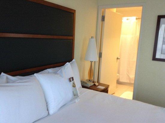 DoubleTree Suites by Hilton Hotel New York City - Times Square: Vista hacia baño, habitación matrimonial