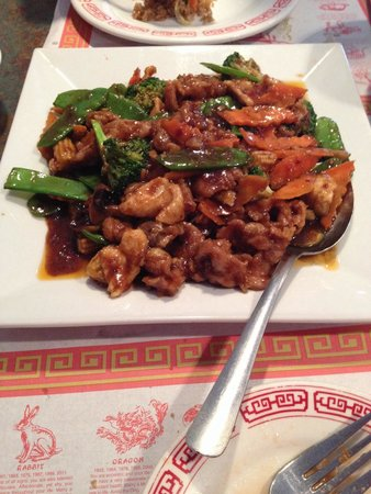 Richfield, Миннесота: Hunan Triple Delight - chicken, pork and beef in a moldy spicy Hunan sauce w/ broccoli, carrots,