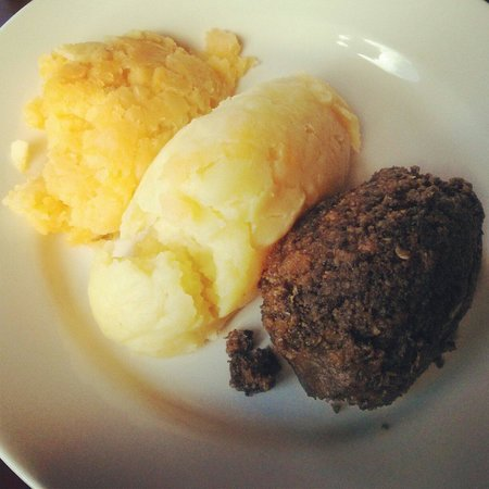 Ben Nevis Bar and Restaurant: One of the best haggis I've ever had. Delicious.