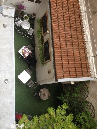 Hotel Azur : View from room to outside breakfast area