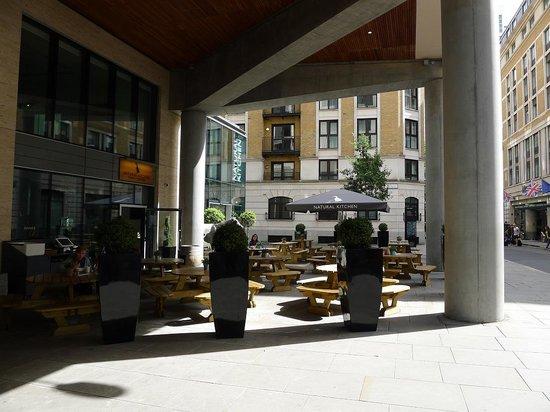 DoubleTree by Hilton Hotel London -Tower of London: Вход в отель