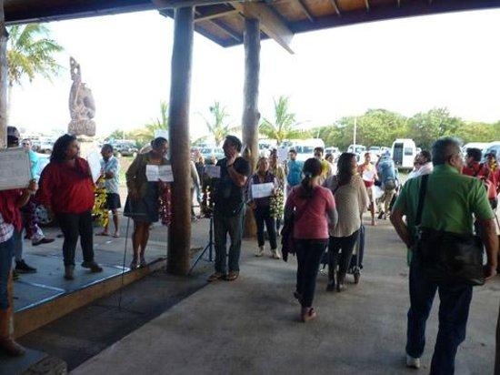 Hostal Cabanas Akapu: Pessoas aguardando seus hóspedes no aeroporto