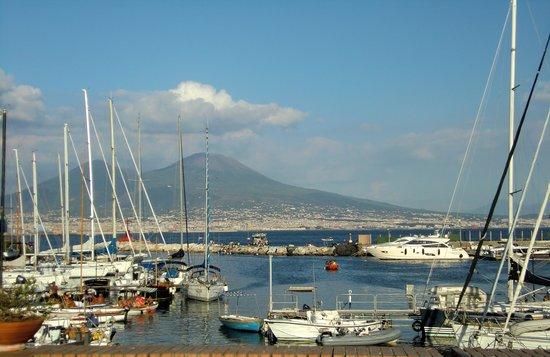 Via Caracciolo e Lungomare di Napoli : Vista del Vesubio desde el paseo