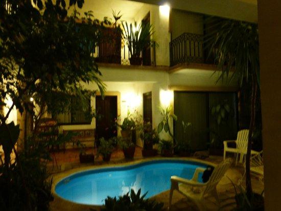 Hotel Banana: Vista del Patio y Piscina