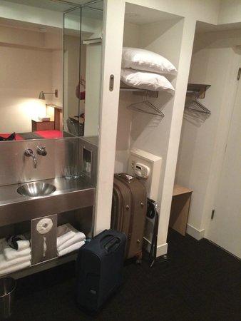 Pod 51 Hotel: Small rooms