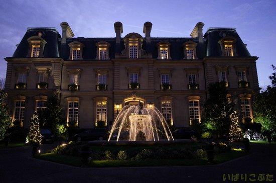 Saint James Paris - Relais et Châteaux : 冬の朝のホテル正面