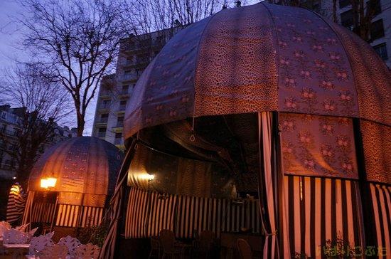 Saint James Paris - Relais et Châteaux : 裏庭にある気球の形をしたテント