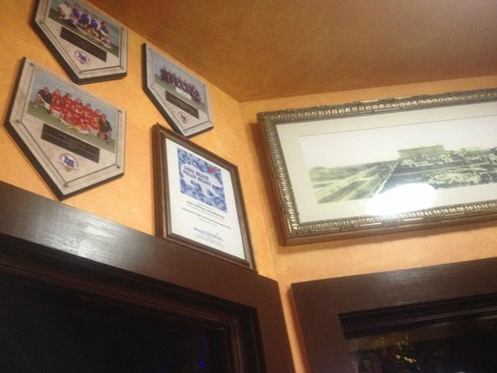 Lola's Kitchen and Wine Bar: Pictures on the wall