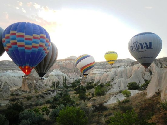 Royal Balloon: Balloons in the valley