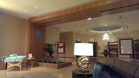 Al Ghurair Hotel: Entreée du SPA en venat par les ascenseurs