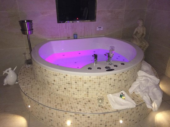 Aphrodites Boutique Hotel: Spa bath, can't use after 10.30 as is really loud noise