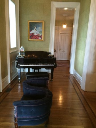 Dupont Mansion B&B: entry way