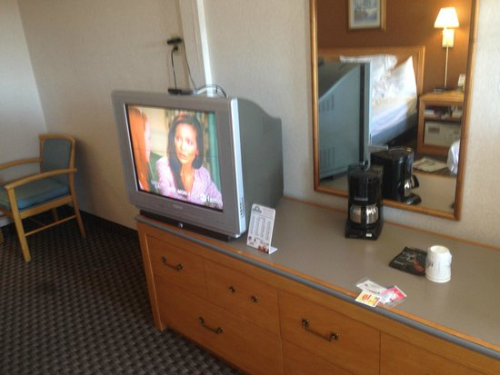 Days Inn Flagstaff - West Route 66 : Old school tube TV and coffee machine