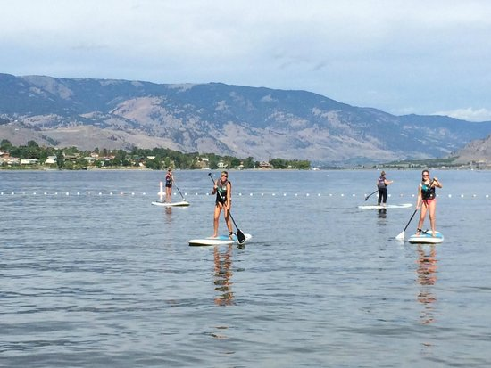 Sandy Beach Motel: Fun on the lake--we tried paddle boarding for the first time this year!