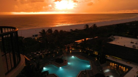 Hilton Marco Island Beach Resort : Great sunsets from poolside rooms
