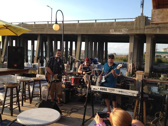 Captain Bill Bunting's Angler: Live music at the outside bar