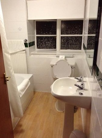 Hare and Hounds Hotel: bathroom small but spotless