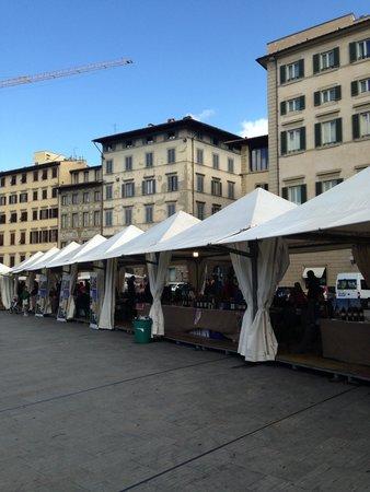 Domus Florentiae Hotel: Feira em frente o hotel