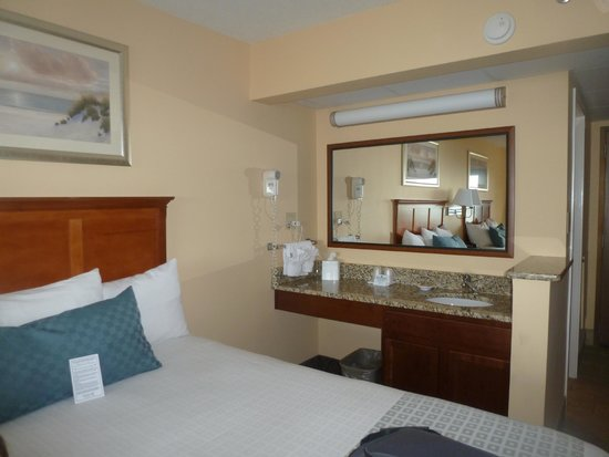 DoubleTree Resort by Hilton Myrtle Beach Oceanfront: Bed and sink area