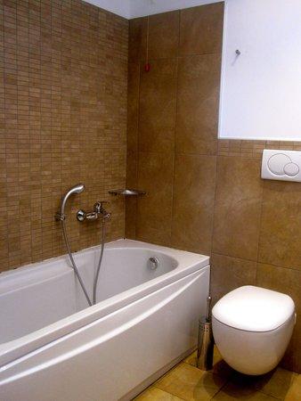D-Place Aparthotel & Suite : Bagno con vasca
