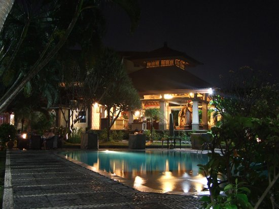Adi Dharma Hotel: Over the pool to the foyer