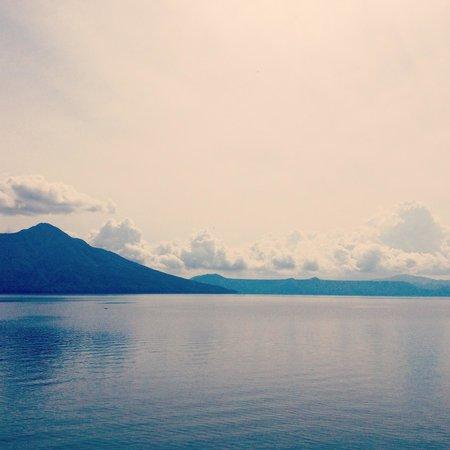 Lake Shikotsu: 凪いだ美しい支笏湖