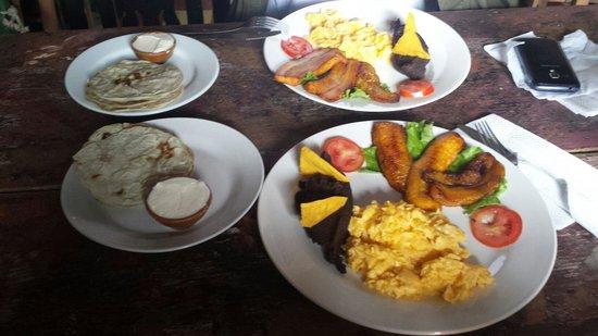 Rainbow Cafe: Desayuno Chapin
