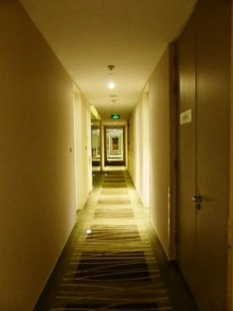Hotel Kapok Beijing: Hall to room