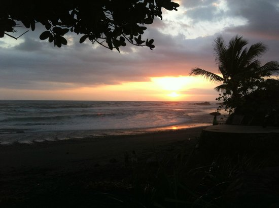Pondok Pisces Bungalows: Sunset from beach