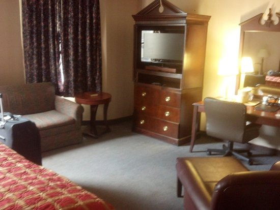 The McLure Hotel & Suites : nice room for the price