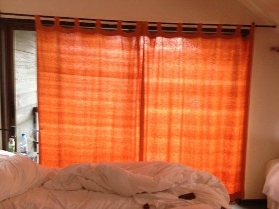 Hotel Patagonia Pucon : las cortinas esto fue un chiste, dejaba por lo menos sin cubrir tres cuartas, delgadisimas....