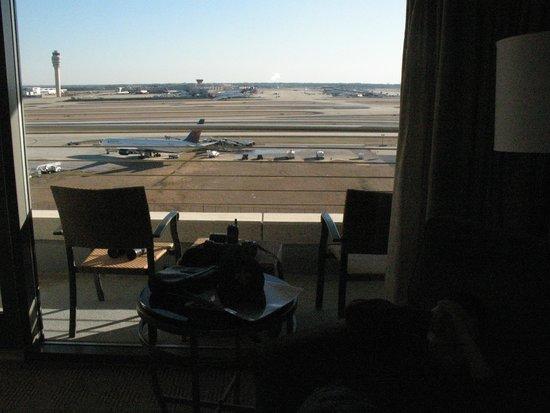 Renaissance Concourse Atlanta Airport Hotel : Balcony View of Airport