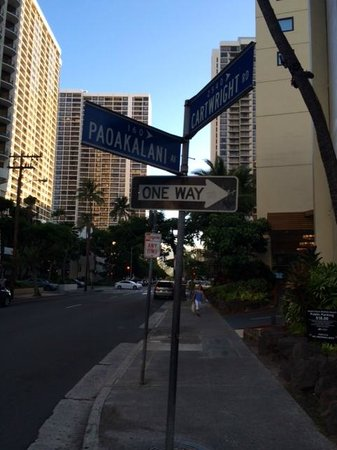 Hyatt Place Waikiki Beach: one way street to park at hotel with poor markings