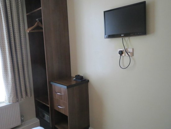 Elysee Hotel: Wall mounted TV