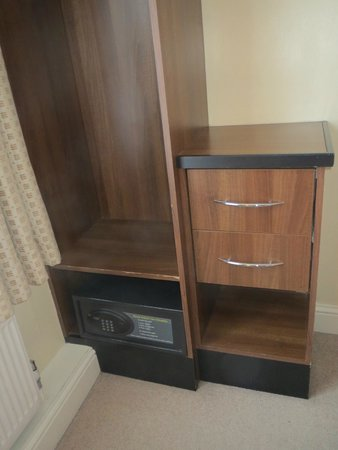Elysee Hotel: Safe in room is a great convenience