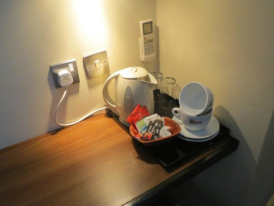 Elysee Hotel: Kettle for coffee and tea
