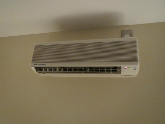 Elysee Hotel: Ceiling mounted air conditioner