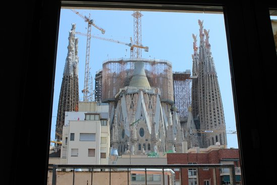 Ayre Hotel Rosellon: View of the Sagrada Familia from our first floor room!