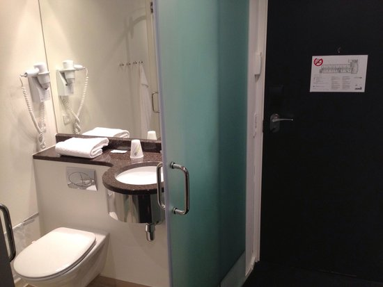 Wakeup Copenhagen Carsten Niebuhrs Gade: Clean and basic bathroom