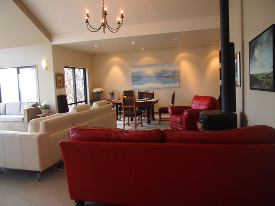 Matuka Lodge : View of great room and dining room