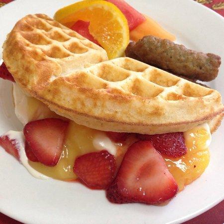 Le Petit Gourmet: Waffles with vanilla mascarpone filling, lemon curd and fresh strawberries