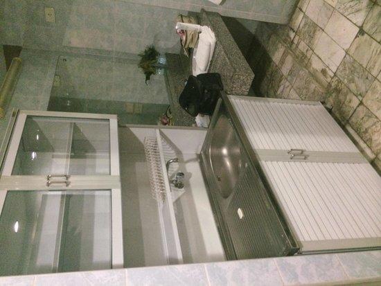 Jolly Suites & Spa: Salle de bain avec évier ET lavabo sans robinet