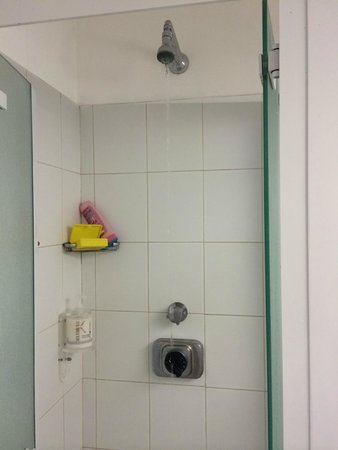 Conca Park Hotel: Shower size and lack of pressure