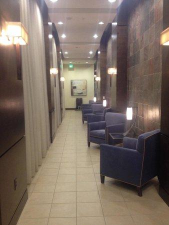 Houston Marriott Energy Corridor: Hall & seating to outdoor area.