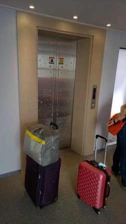 Uniqstay Hostel & Suite: 1 lift in the building but efficient - only 7 floors