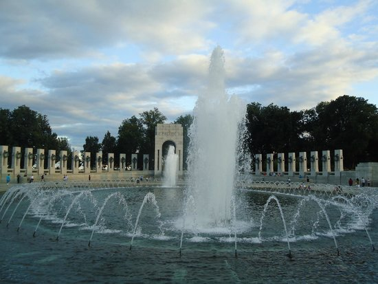 National World War II Memorial : Sheer magic of flowing water.