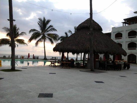 Plaza Pelicanos Club Beach Resort : alberca externa, con vista al mar y acceso a la playa